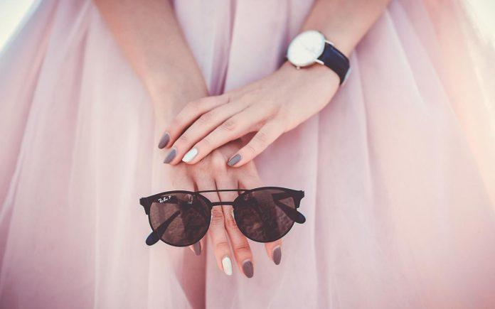 acrylic nails and eye glasses